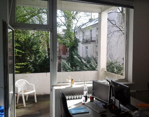 Abb.: Eine Tür in eine ereignisreiche Zukunft wurde aufgestoßen - die Aussichten sind in unserem neuen Büro im Herzen des Universitäts-Viertels schon mal nicht schlecht (Abb. eigenes Foto)