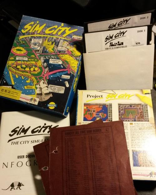 Sim City mag im Vergleich zu heute keine besondere Augenweide gewesen sein, seine fesselnden Spielmechaniken waren 1989 grundsätzlich bereits angelegt und genügten, um Nächte vor dem PC zu verbringen. Auch wenn es historische Szenarien anbot, blieb mir bis heute doch der freie Aufbaumodus am liebsten. (Abb.: eigenes Foto).