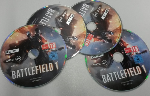 Der Effektbombast summiert sich bei Battlefield 1 auf satte 5 DVDs - eine dreht sich parallel zu diesem Foto gerade im Laufwerk. Auch wenn die Menge der Disketten an Monkey Island erinnert, so sind heutzutage während des Spieles die Datenträger nicht mehr zu wechseln. (Abb. eigenes Foto)